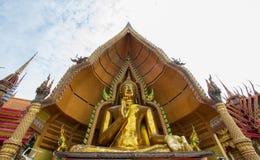 Χρυσό άγαλμα του Βούδα που διακοσμείται με το μωσαϊκό μέσα στον ημικυκλικό θόλο που ονομάζεται το πηγούνι Prathanporn ` ` που τοπ Στοκ Φωτογραφία