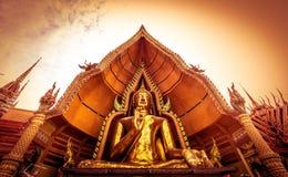 Χρυσό άγαλμα του Βούδα που διακοσμείται με το μωσαϊκό μέσα στον ημικυκλικό θόλο που ονομάζεται το πηγούνι Prathanporn ` ` που τοπ Στοκ Εικόνες