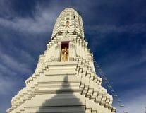 Χρυσό άγαλμα του Βούδα σε Stupa, Ταϊλάνδη Στοκ Φωτογραφίες