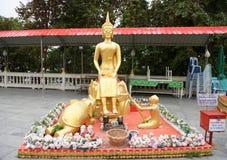 Χρυσό άγαλμα του Βούδα σε Wat Phra Yai, ο μεγάλος ναός Α του Βούδα Στοκ εικόνες με δικαίωμα ελεύθερης χρήσης