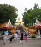 Χρυσό άγαλμα του Βούδα σε Wat Phra Yai, ο μεγάλος ναός του Βούδα Στοκ Εικόνα