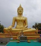 Χρυσό άγαλμα του Βούδα σε Wat Phra Yai, ο μεγάλος ναός του Βούδα Στοκ φωτογραφίες με δικαίωμα ελεύθερης χρήσης