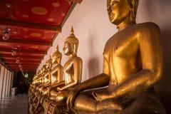 Χρυσό άγαλμα του Βούδα στο ναό στοκ εικόνα