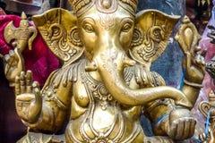 Χρυσό άγαλμα Ganesh για την πώληση σε μια αγορά Κατμαντού, Νεπάλ οδών στοκ φωτογραφία