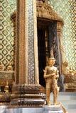 Χρυσό άγαλμα yaksha κοντά στην είσοδο στο κτήριο Phra Mondop στοκ φωτογραφία