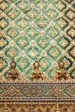 Χρυσό άγαλμα αγγέλου και διακοσμημένος τοίχος με την ταϊλανδική τέχνη Στοκ Εικόνα