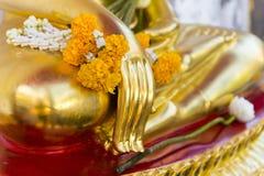 χρυσό άγαλμα κινηματογραφήσεων σε πρώτο πλάνο του Βούδα στον ταϊλανδικό ναό στο φεστιβάλ Songkran Στοκ Εικόνες