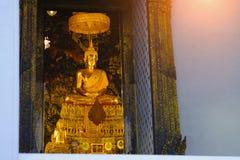 Χρυσό άγαλμα του Βούδα με την ταϊλανδική αρχιτεκτονική τέχνης στο ναό Wat Pho εκκλησιών του ξαπλώνοντας Βούδα Στοκ εικόνες με δικαίωμα ελεύθερης χρήσης