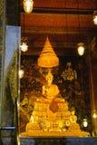 Χρυσό άγαλμα του Βούδα με την ταϊλανδική αρχιτεκτονική τέχνης στο ναό Wat Pho εκκλησιών του ξαπλώνοντας Βούδα Στοκ φωτογραφίες με δικαίωμα ελεύθερης χρήσης