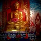 Χρυσό άγαλμα του Βούδα με το ζωηρόχρωμο αρχαίο σχεδιασμό στοκ εικόνες