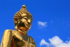 Χρυσό άγαλμα του Βούδα με το μπλε ουρανό Στοκ Φωτογραφία