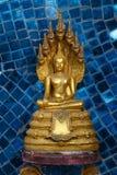 Χρυσό άγαλμα του Βούδα με το naga Στοκ εικόνες με δικαίωμα ελεύθερης χρήσης