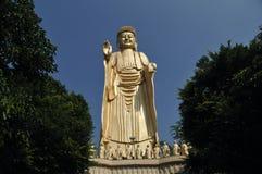 Χρυσό άγαλμα του Βούδα στάσεων στην Ταϊβάν Στοκ Φωτογραφία