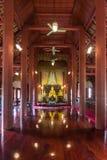 Χρυσό άγαλμα του Βούδα στον ξύλινο ναό Στοκ εικόνα με δικαίωμα ελεύθερης χρήσης