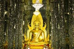 Χρυσό άγαλμα του Βούδα στο γυαλί καθεδρικών ναών Στοκ φωτογραφία με δικαίωμα ελεύθερης χρήσης