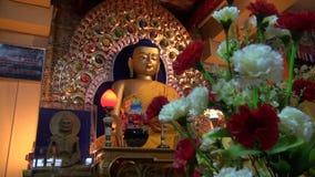 Χρυσό άγαλμα του Βούδα στο ναό Dharamsala, Ινδία φιλμ μικρού μήκους