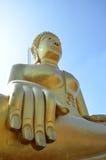 Χρυσό άγαλμα του Βούδα του μεγάλου Βούδα πέρα από το μπλε ουρανό Στοκ εικόνες με δικαίωμα ελεύθερης χρήσης