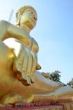 Χρυσό άγαλμα του Βούδα του μεγάλου Βούδα πέρα από το μπλε ουρανό Στοκ φωτογραφία με δικαίωμα ελεύθερης χρήσης
