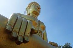 Χρυσό άγαλμα του Βούδα του μεγάλου Βούδα πέρα από το μπλε ουρανό Στοκ φωτογραφίες με δικαίωμα ελεύθερης χρήσης