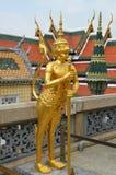 Χρυσό άγαλμα του γιγαντιαίου φύλακα στο μεγάλο παλάτι Στοκ φωτογραφίες με δικαίωμα ελεύθερης χρήσης