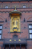 Χρυσό άγαλμα του επισκόπου Absalon, ο ιδρυτής της Κοπεγχάγης, στον τοίχο της Κοπεγχάγης Δημαρχείο Δανία Στοκ εικόνες με δικαίωμα ελεύθερης χρήσης