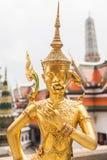 Χρυσό άγαλμα Kinnara με το λουλούδι διαθέσιμο Στοκ φωτογραφία με δικαίωμα ελεύθερης χρήσης