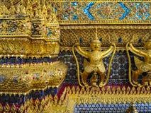 Χρυσό άγαλμα naga εκμετάλλευσης garuda με τη διακοσμητική διακόσμηση επάνω Στοκ Φωτογραφίες