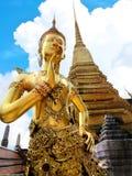 Χρυσό άγαλμα Thep Kinnanorn στο ναό του σμαραγδένιου Βούδα στη μεγάλη Royal Palace bangkok thailand στοκ φωτογραφία με δικαίωμα ελεύθερης χρήσης
