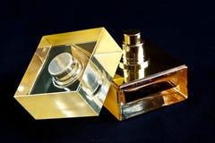 χρυσό άρωμα μπουκαλιών Στοκ εικόνα με δικαίωμα ελεύθερης χρήσης