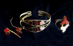 Χρυσό ανατολικό τουρκικό εκλεκτής ποιότητας χειροποίητο κόσμημα γυναικών ` s σε ένα μαύρο υπόβαθρο σκουλαρίκια, βραχιόλια, δαχτυλ Στοκ φωτογραφία με δικαίωμα ελεύθερης χρήσης