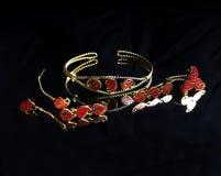 Χρυσό ανατολικό τουρκικό εκλεκτής ποιότητας χειροποίητο κόσμημα γυναικών ` s σε ένα μαύρο υπόβαθρο σκουλαρίκια, βραχιόλια, δαχτυλ Στοκ εικόνα με δικαίωμα ελεύθερης χρήσης
