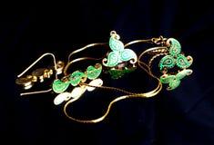 Χρυσό ανατολικό τουρκικό εκλεκτής ποιότητας χειροποίητο κόσμημα γυναικών ` s σε ένα μαύρο υπόβαθρο σκουλαρίκια, βραχιόλια, δαχτυλ Στοκ Εικόνες