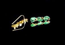 Χρυσό ανατολικό τουρκικό εκλεκτής ποιότητας χειροποίητο κόσμημα γυναικών ` s σε ένα μαύρο υπόβαθρο σκουλαρίκια, βραχιόλια, δαχτυλ Στοκ φωτογραφίες με δικαίωμα ελεύθερης χρήσης