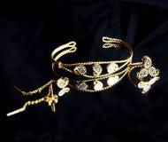 Χρυσό ανατολικό τουρκικό εκλεκτής ποιότητας χειροποίητο κόσμημα γυναικών ` s σε ένα μαύρο υπόβαθρο σκουλαρίκια, βραχιόλια, δαχτυλ Στοκ Φωτογραφία
