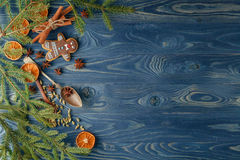 χρυσό απομονωμένο λευκό κορδελλών δώρων Χριστουγέννων κιβωτίων συνόρων ανασκόπησης Μπισκότα, καρυκεύματα και διακοσμήσεις μελοψωμ Στοκ Εικόνες