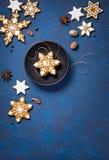 χρυσό απομονωμένο λευκό κορδελλών δώρων Χριστουγέννων κιβωτίων συνόρων ανασκόπησης Στοκ Φωτογραφία