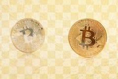 Χρυσό ασημένιο bitcoin που απομονώνεται στο ελεγμένο υπόβαθρο σχεδίων Στοκ φωτογραφίες με δικαίωμα ελεύθερης χρήσης
