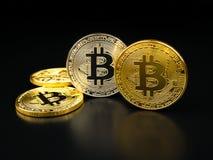 Χρυσό ασημένιο bitcoin adnd στο μαύρο υπόβαθρο Cryptocurrency Bitcoin Στοκ εικόνες με δικαίωμα ελεύθερης χρήσης