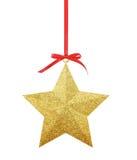Χρυσό αστέρι Χριστουγέννων στην κόκκινη κορδέλλα που απομονώνεται στο λευκό Στοκ εικόνες με δικαίωμα ελεύθερης χρήσης