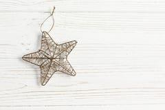 Χρυσό αστέρι Χριστουγέννων στο μοντέρνο άσπρο αγροτικό ξύλινο υπόβαθρο Στοκ Εικόνες