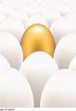 Χρυσό αυγό που ξεχωρίζει από άλλους Στοκ φωτογραφία με δικαίωμα ελεύθερης χρήσης