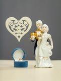 Χρυσό δαχτυλίδι για τους αριθμούς ημέρας και πορσελάνης βαλεντίνων του αγοριού και του κοριτσιού Στοκ εικόνες με δικαίωμα ελεύθερης χρήσης