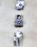 Χρυσό δαχτυλίδι κοσμημάτων μόδας με το zircon Στοκ Εικόνα