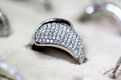 Χρυσό δαχτυλίδι κοσμημάτων μόδας με το zircon Στοκ φωτογραφία με δικαίωμα ελεύθερης χρήσης