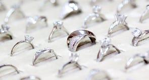 Χρυσό δαχτυλίδι κοσμημάτων μόδας με το zircon Στοκ εικόνα με δικαίωμα ελεύθερης χρήσης
