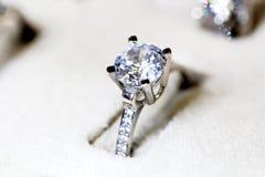 Χρυσό δαχτυλίδι κοσμημάτων μόδας με το zircon Στοκ εικόνες με δικαίωμα ελεύθερης χρήσης