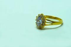 Χρυσό δαχτυλίδι με τα κοσμήματα Στοκ εικόνες με δικαίωμα ελεύθερης χρήσης
