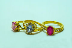 Χρυσό δαχτυλίδι με τα κοσμήματα Στοκ φωτογραφίες με δικαίωμα ελεύθερης χρήσης