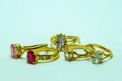 Χρυσό δαχτυλίδι με τα κοσμήματα Στοκ Φωτογραφία
