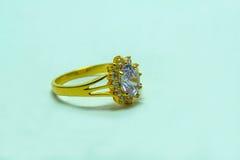 Χρυσό δαχτυλίδι με τα κοσμήματα Στοκ φωτογραφία με δικαίωμα ελεύθερης χρήσης